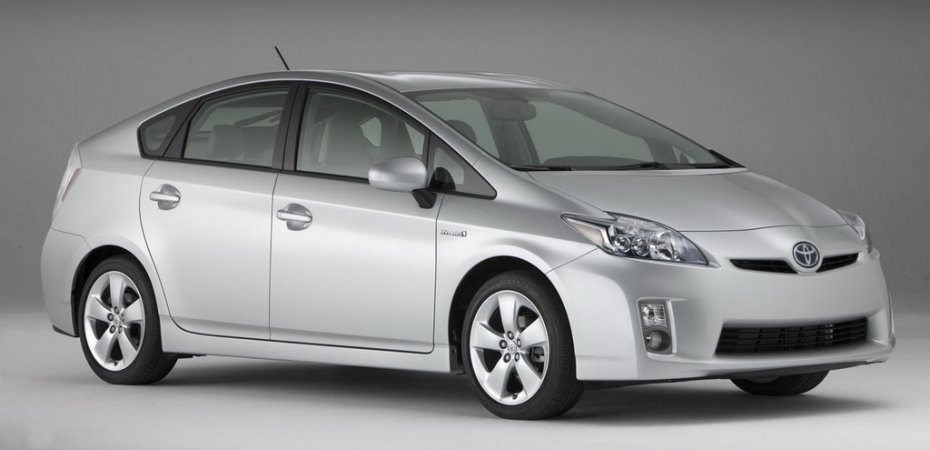 В Японии гибридный Тойота Приус (Toyota Prius) стал лидером продаж