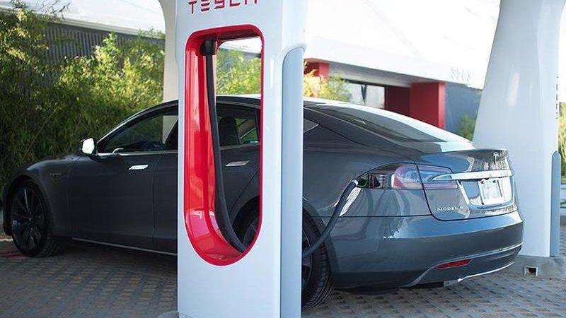 Продажи электромобилей падают